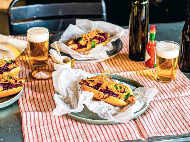 Hotdog mit Rotkohl, Apfel und Zwiebel